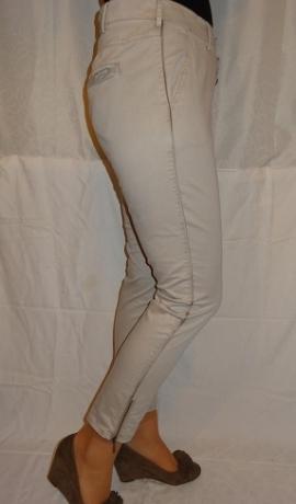5-0388 Smilšu krāsas bikses ar atlasa lentes dekoru sānu vīlē.