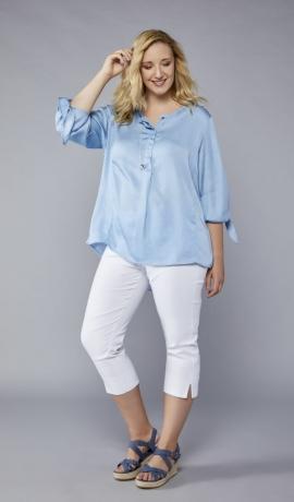1-1072  Gaiši zilks krekls ar sasienamām piedurknēm.