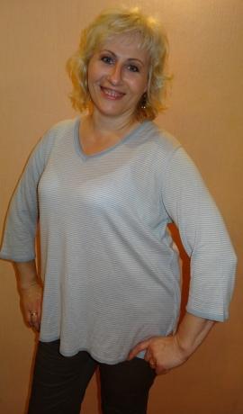 2-0370 Gaiši zils džemperis ar dekoratīvu blūzi aizmugurē