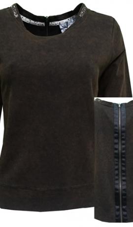 2-0383 Brūns džemperis ar dekoratīvu rāvējslēdzēju mugurpusē.