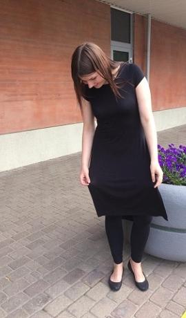 3-0581 Melna džersijas kleita ar iegriezumiem sānos