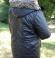 6-0222 Melna spīdoša virsjaka ar kapuci