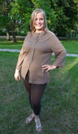2-0222 Brūns džemperis ar podziņām un kabatām