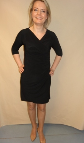 3-0238 Melna kleita ar savilkumu sānā