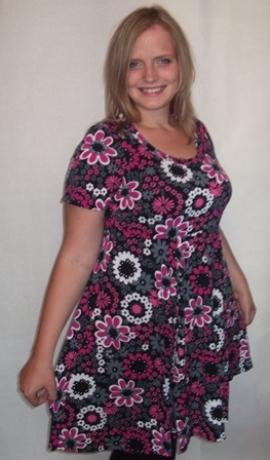 3-0075 Rozā & melna džersija kleita ar puķēm