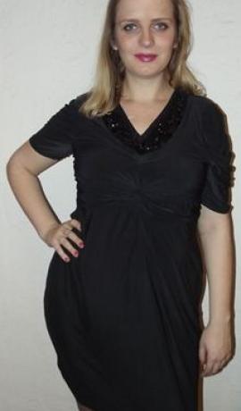 3-0029 Melna kleita ar dekorētu dekoltē daļu