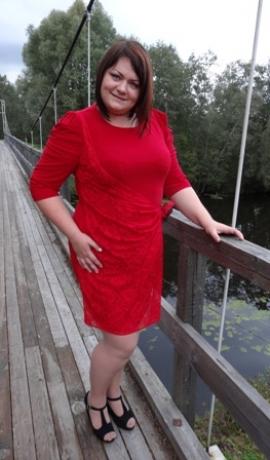 3-0218 Sarkana kleita ar dekoratīvu mežģīni