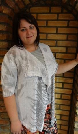 2-0247 Balta jaka ar pelēku rakstiņu