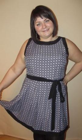 3-0131 Pelēka raksta kleita ar melnu jostiņu