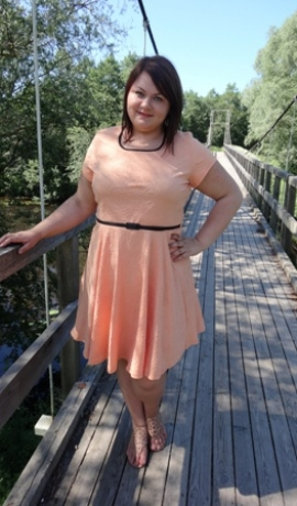 3-0296 Gaiši oranža kleita ar jostiņu